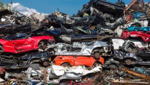 Schrottabholung Dormagen - Gestapelte Autos auf dem Schrottplatz